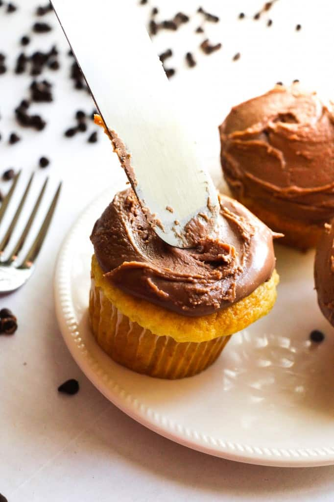 Easiest Way to Frost Cupcakes {No Piping!!} - Layers of Happiness